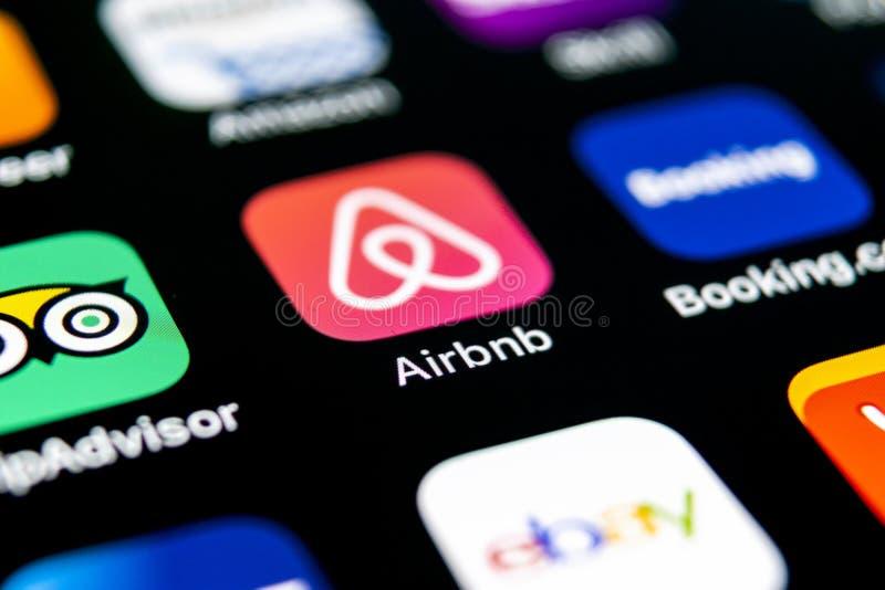 Airbnb在苹果计算机iPhone x屏幕特写镜头的应用象 Airbnb app象 Airbnb com是书库的网上网站 Socia 免版税库存图片