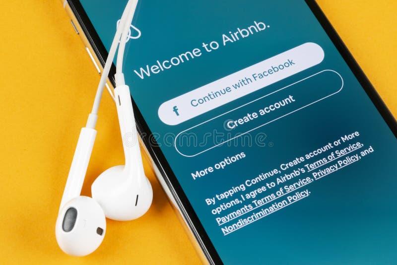 Airbnb在苹果计算机iPhone x屏幕特写镜头的应用象 Airbnb app? Airbnb com是书库的网上网站 ?? 图库摄影