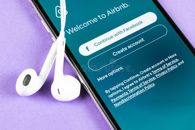 Airbnb在苹果计算机iPhone x屏幕特写镜头的应用象 Airbnb app? Airbnb com是书库的网上网站 ?? 免版税库存图片