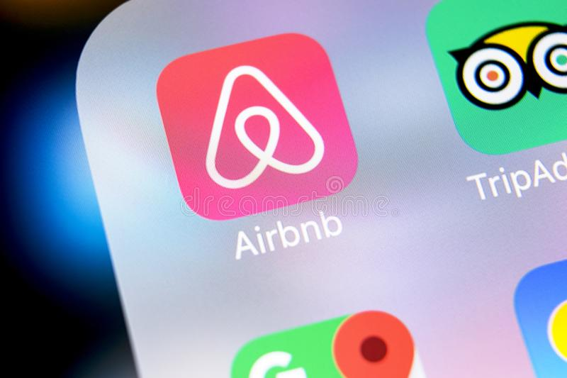 Airbnb applikationsymbol på närbild för skärm för Apple iPhone X Airbnb app symbol Airbnb com är online-websiten för att boka rum arkivfoto