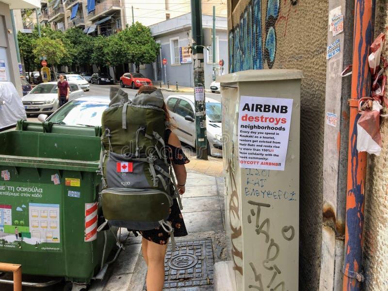 Airbnb użytkownik i turysta odprowadzenie za anty wysłanym w Koukaki terenie Ateny, Grecja zdjęcia royalty free
