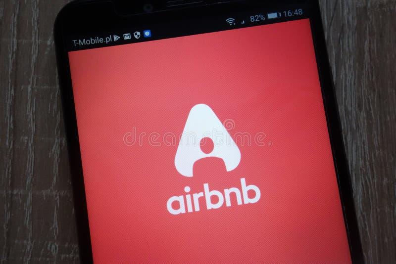 Airbnbembleem op een moderne smartphone wordt getoond die stock foto