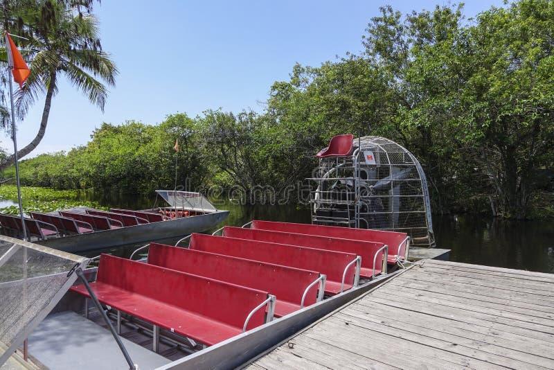 Airboat в болотистых низменностях Флориде - МАЙАМИ, ФЛОРИДЕ 11-ое апреля 2016 стоковое фото rf