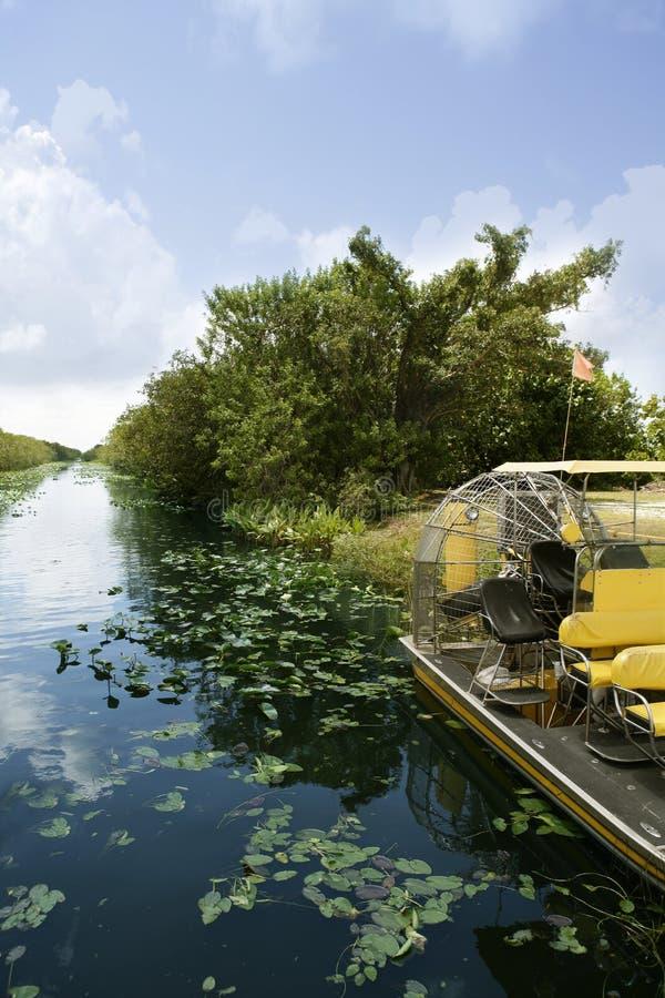Airboat en los marismas la Florida Cypress grande foto de archivo