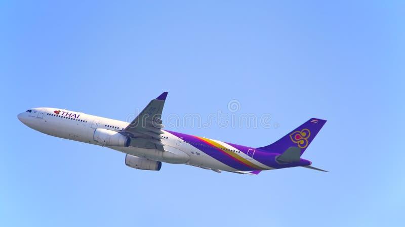 Airbone de los aviones de Thai Airways foto de archivo libre de regalías