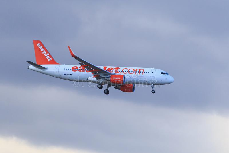 Airbus A320-214 αεροπλάνων easyJet που προσγειώνεται Tenerife aiport στοκ φωτογραφίες με δικαίωμα ελεύθερης χρήσης