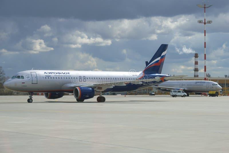 Airbus A320 ` Λ Vp-ΚΟΜΜΆΤΙ λαντό ` της επιχείρησης Αεροφλότ στο αεροδρόμιο Sheremetyevo στοκ φωτογραφίες με δικαίωμα ελεύθερης χρήσης