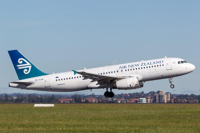 Airbus της Νέας Ζηλανδίας αέρα A320 που απογειώνεται από τον αερολιμένα του Σίδνεϊ στοκ εικόνες