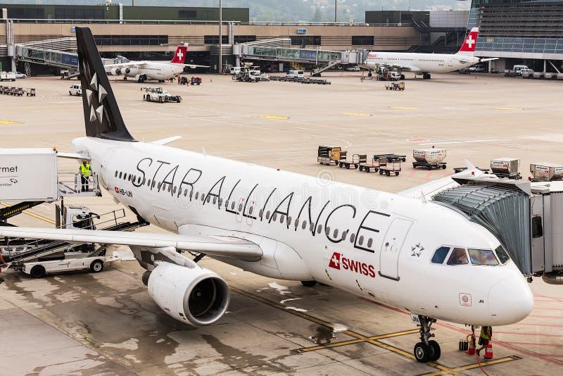 Airbus A320 της συμμαχίας αστεριών στον αερολιμένα της Ζυρίχης στοκ εικόνα