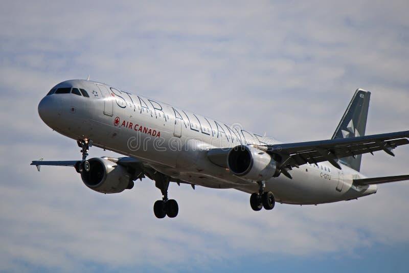 Airbus A321-200 του Air Canada κατά την άποψη κινηματογραφήσεων σε πρώτο πλάνο στολών συμμαχίας αστεριών στοκ εικόνες