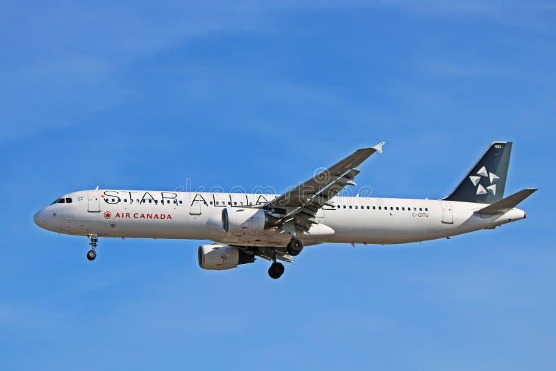 Airbus A321-200 του Air Canada κατά την ειδική πλάγια όψη στολών συμμαχίας αστεριών στοκ φωτογραφία