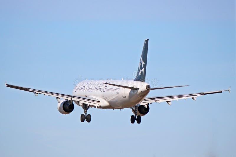 Airbus A321-200 του Air Canada στη στολή συμμαχίας αστεριών περίπου στο έδαφος στοκ φωτογραφίες με δικαίωμα ελεύθερης χρήσης