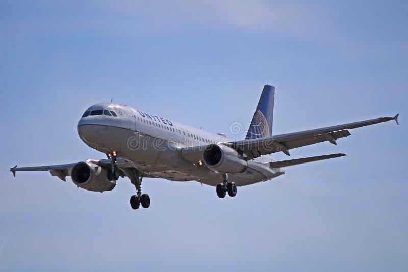 Airbus A320-200 των United Airlines κατά την πτήση στοκ εικόνες με δικαίωμα ελεύθερης χρήσης
