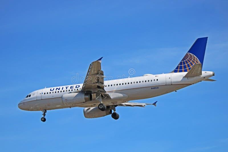 Airbus A320-200 των United Airlines περίπου στο έδαφος στοκ εικόνες