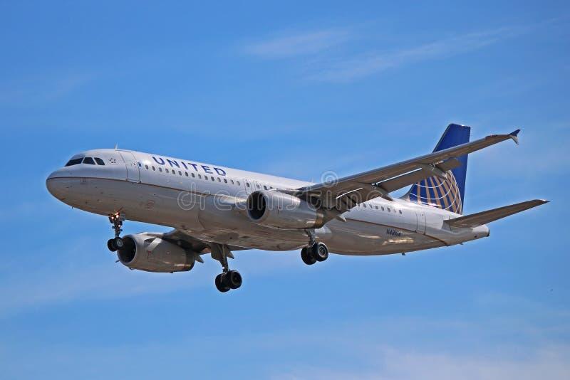 Airbus A320-200 των United Airlines στην τελική προσέγγιση στοκ φωτογραφία με δικαίωμα ελεύθερης χρήσης