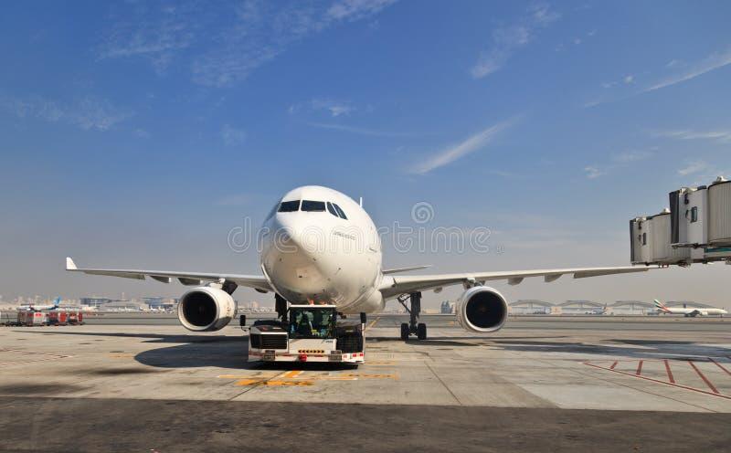 Airbus a330 à l'aéroport de Dubaï images stock