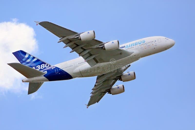 Airbus A380 en el cielo imagenes de archivo