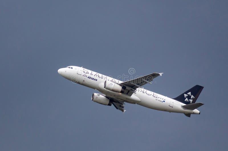 Airbus A320 - Aegean Airlines - Aeroporto de Henri Coanda, Otopeni, Romênia fotos de stock royalty free