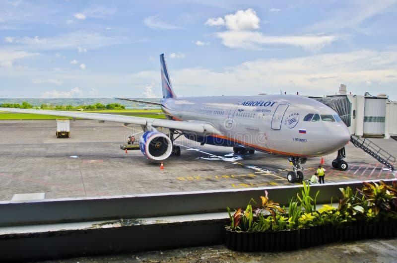 Airbus a-330 Aeroflot, International de Ngurah Rai d'aéroport, Indonésie Denpasar le 18 novembre 2011 images libres de droits