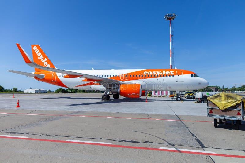 Airbus A320-200 da linha aérea do easyjet está no aeródromo imagens de stock
