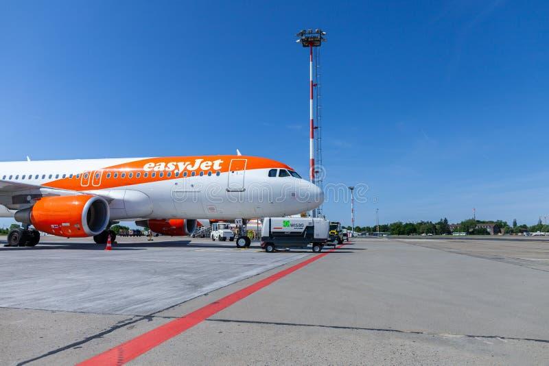 Airbus A320-200 da linha aérea do easyjet está no aeródromo imagem de stock royalty free
