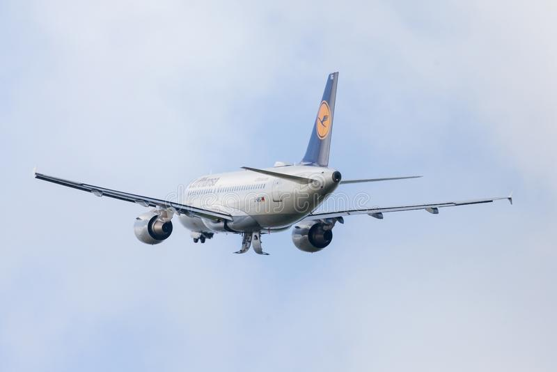 Airbus A319-100 dalla linea aerea Lufthansa decolla dall'aeroporto internazionale fotografia stock libera da diritti