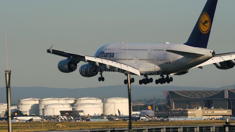 Airbus A380-800 das linhas aéreas de Lufthansa que aproximam-se à aterrissagem foto de stock