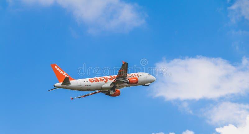 Airbus A320 de EasyJet registrou o voo de HB-JXC acima de Nantes Atl imagens de stock royalty free