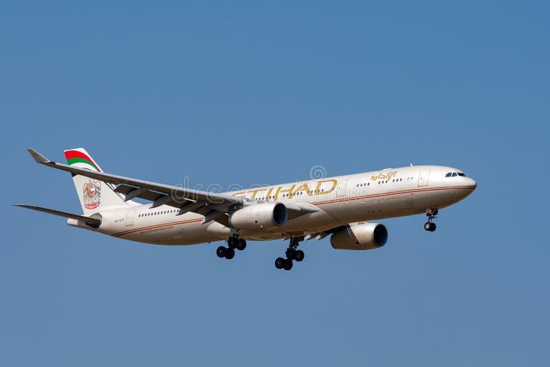 Airbus A330-343 de l'atterrissage d'Etihad Airways sur Paris CDG image stock