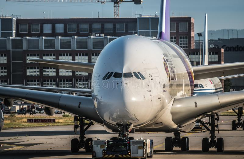 Airbus A380 de Thai Airways passant la piste de roulement par dépanneuse photographie stock libre de droits