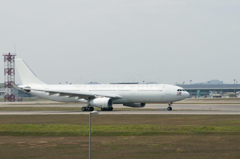 Airbus A330 decola imagem de stock