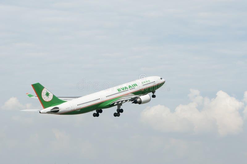 Airbus A330 decolla fotografia stock libera da diritti
