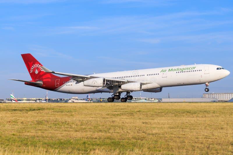 Airbus a340 del aterrizaje de Air Madagascar en el aeropuerto de París imagen de archivo libre de regalías