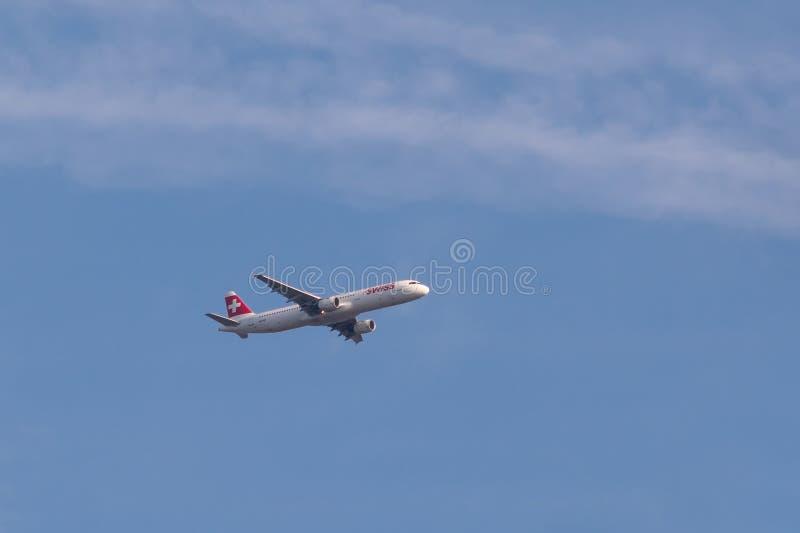 Airbus A321-111 della linea aerea svizzera in volo fotografie stock libere da diritti