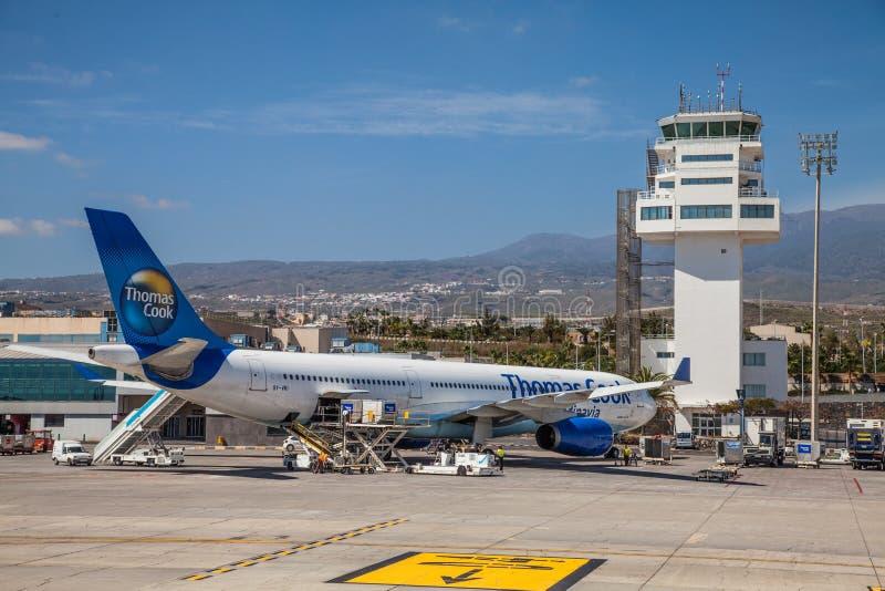 Airbus A330 di Thomas Cook Airlines Scandinavia in Thomas Cook livery presso l'aeroporto internazionale Tenerife South fotografia stock libera da diritti