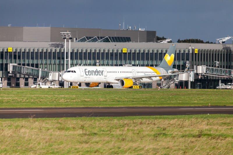 Airbus A 321 do condor da linha aérea conduz no aeroporto à pista de decolagem fotos de stock