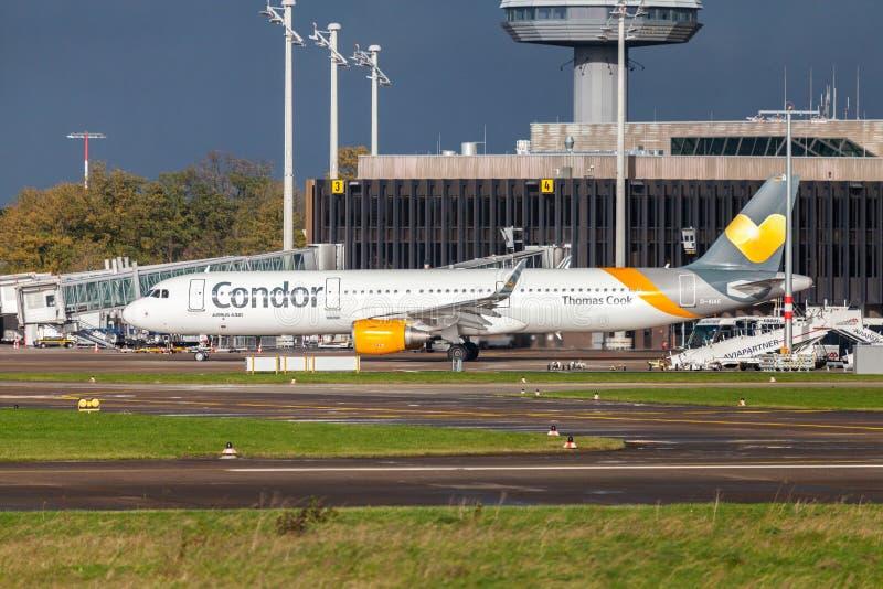 Airbus A 321 do condor da linha aérea conduz no aeroporto à pista de decolagem imagem de stock royalty free