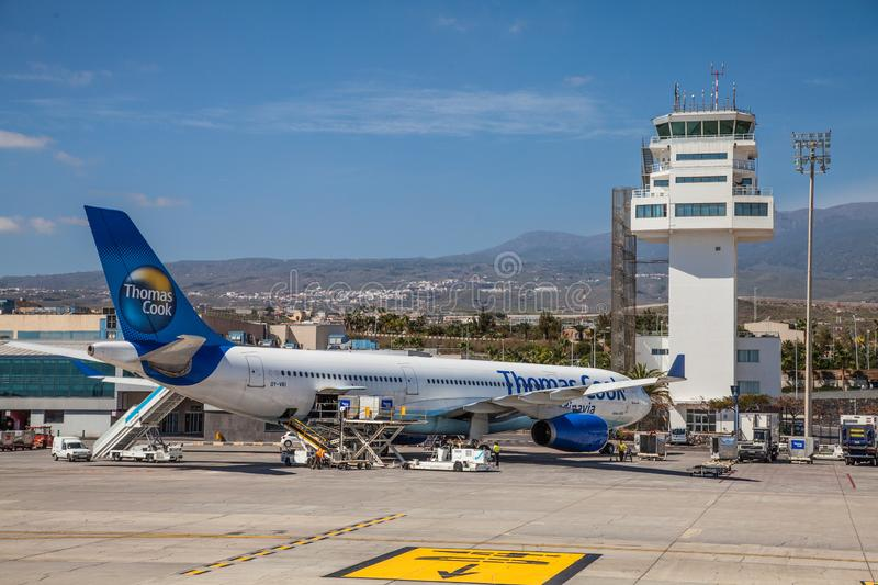 Airbus A330 från Thomas Cook Airlines Scandinavia i Thomas Cook livery på Tenerife South International Airport royaltyfri fotografi
