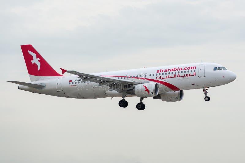 Airbus A320-214 ha funzionato da Air Arabia Maroc su atterraggio fotografie stock libere da diritti
