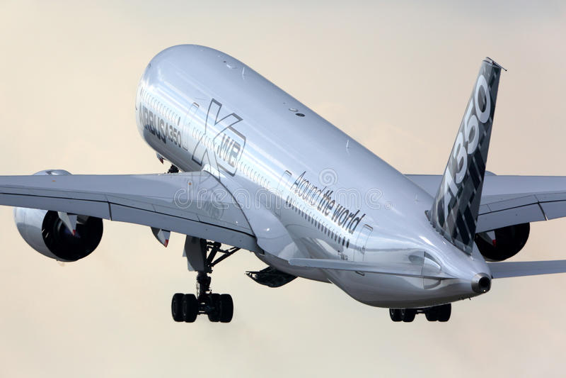 Airbus Industrie Airbus A350 F-WWYB entfernend an internationalem Flughafen Sheremetyevo lizenzfreies stockbild