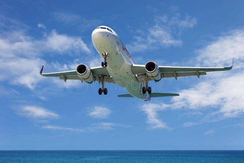 Airbus A320, landing in Phuket International Airport in Thaila stock photos