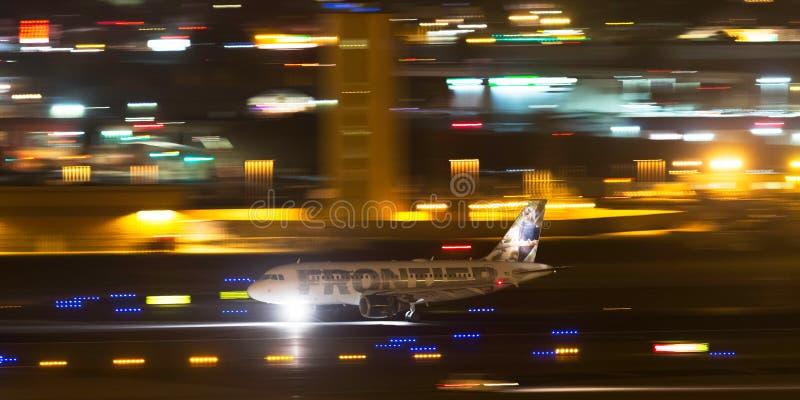 Airbus A319-111 N908FR συνοριακών αερογραμμών που προσγειώνεται τη νύχτα στο διεθνή αερολιμένα του Σαν Ντιέγκο στοκ φωτογραφία