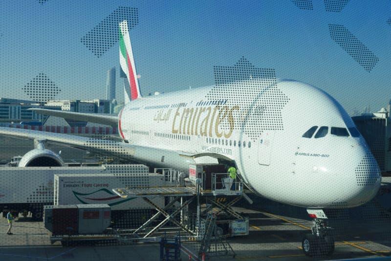 Airbus A380 nell'aeroporto del Dubai prima del decollo fotografie stock libere da diritti