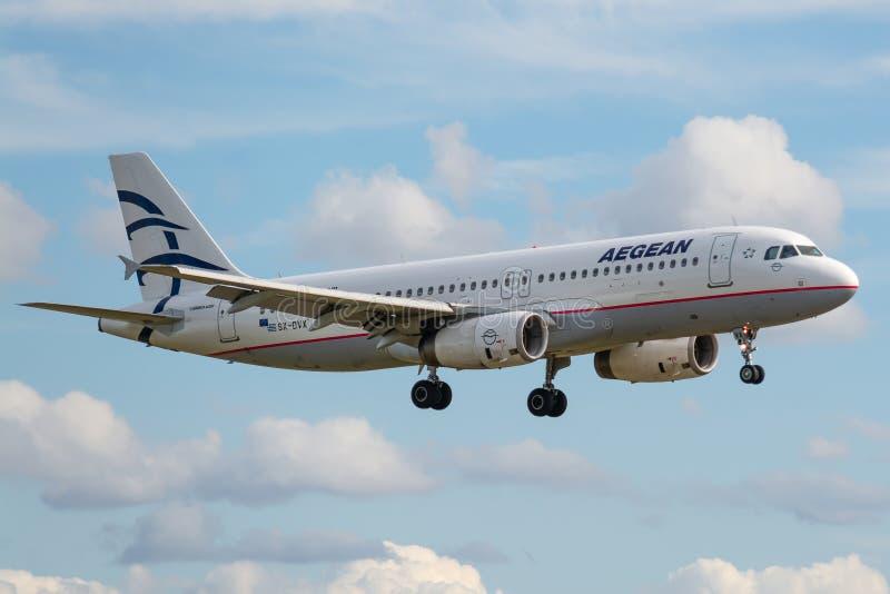 Airbus A320-232 operado pela Aegean Airlines aquando da aterrissagem foto de stock royalty free