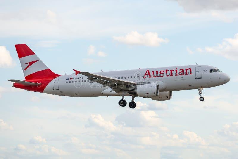 Airbus A320-214 operado pela Austrian Airlines aquando da aterrissagem fotos de stock royalty free