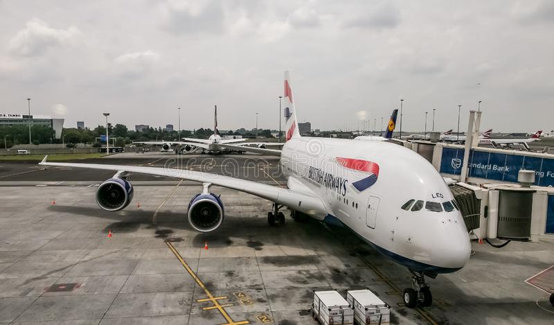 Airbus A380 que se sienta en la pista de despeque en O el aeropuerto de Tambo en Johannesburgo, Suráfrica foto de archivo libre de regalías