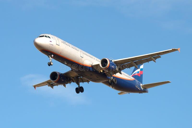 Airbus A321-211 A Scriabin VP-BWN da empresa Aeroflot antes de aterrar no aeroporto de Pulkovo fotos de stock royalty free