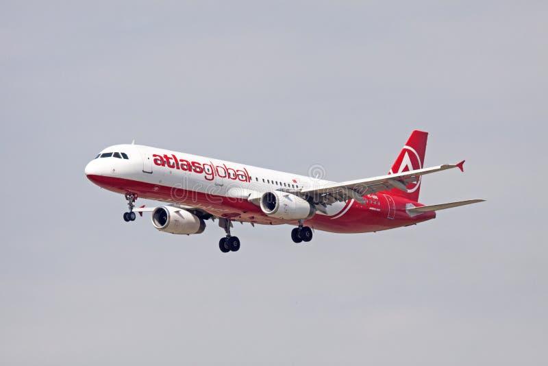 Airbus singleAtlasglobal vermelho e branco 321 fotografia de stock