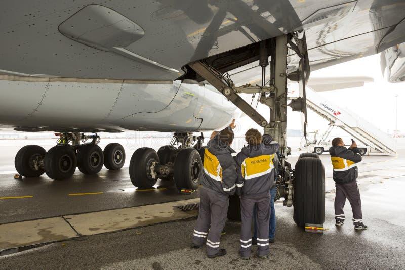 Airbus A380 stanca i lavoratori fotografia stock