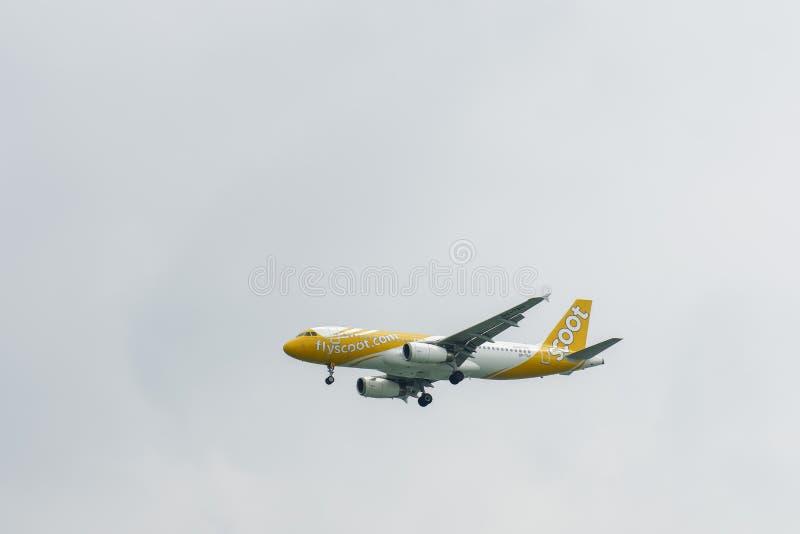 Airbus 320 sull'avvicinamento finale con a carrello d'atterraggio abbassato fotografia stock